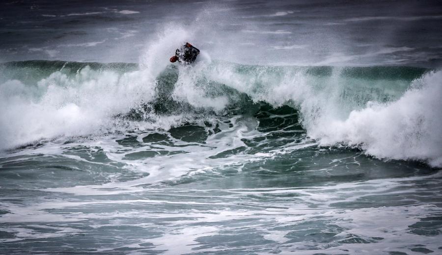 Σέρφερ εν δράσει σε παραλία του Σαν Σεμπαστιάν, στην ισπανική «Xώρα των Βάσκων» - ένα δυνατό καρέ
