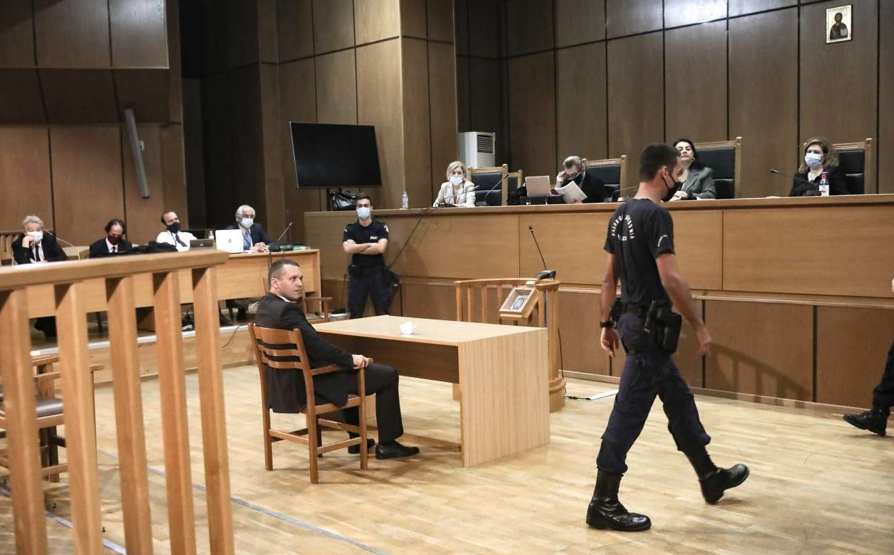 Στο δικαστήριο εκλιπαρώντας να μην τον «εξοντώσουν» ο Κασιδιάρης – οι πίτσες και τα πεϊνιρλί του Μπούκουρα