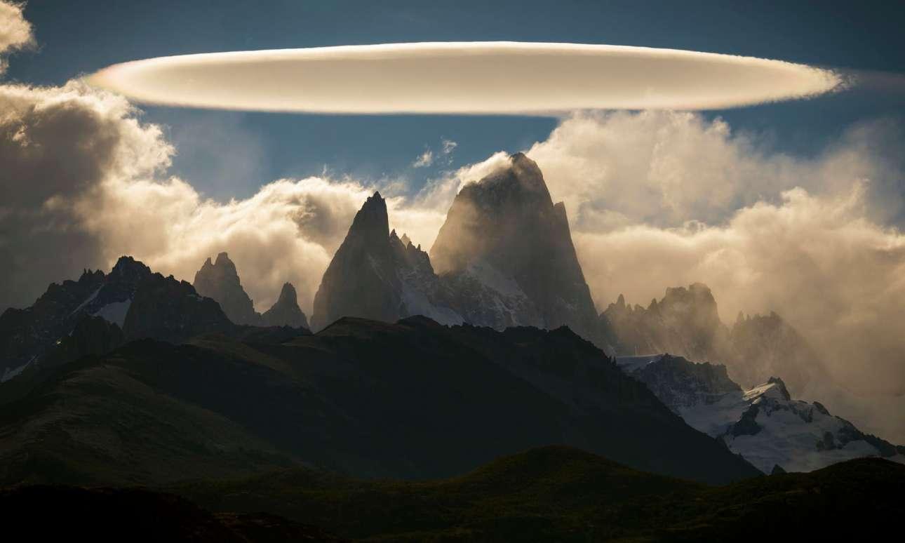 Eνα σπάνιο σύννεφο σε σχήμα δίσκου, γνωστό ως φακοειδές, εμφανίζεται πάνω από βράχους στην Αργεντινή