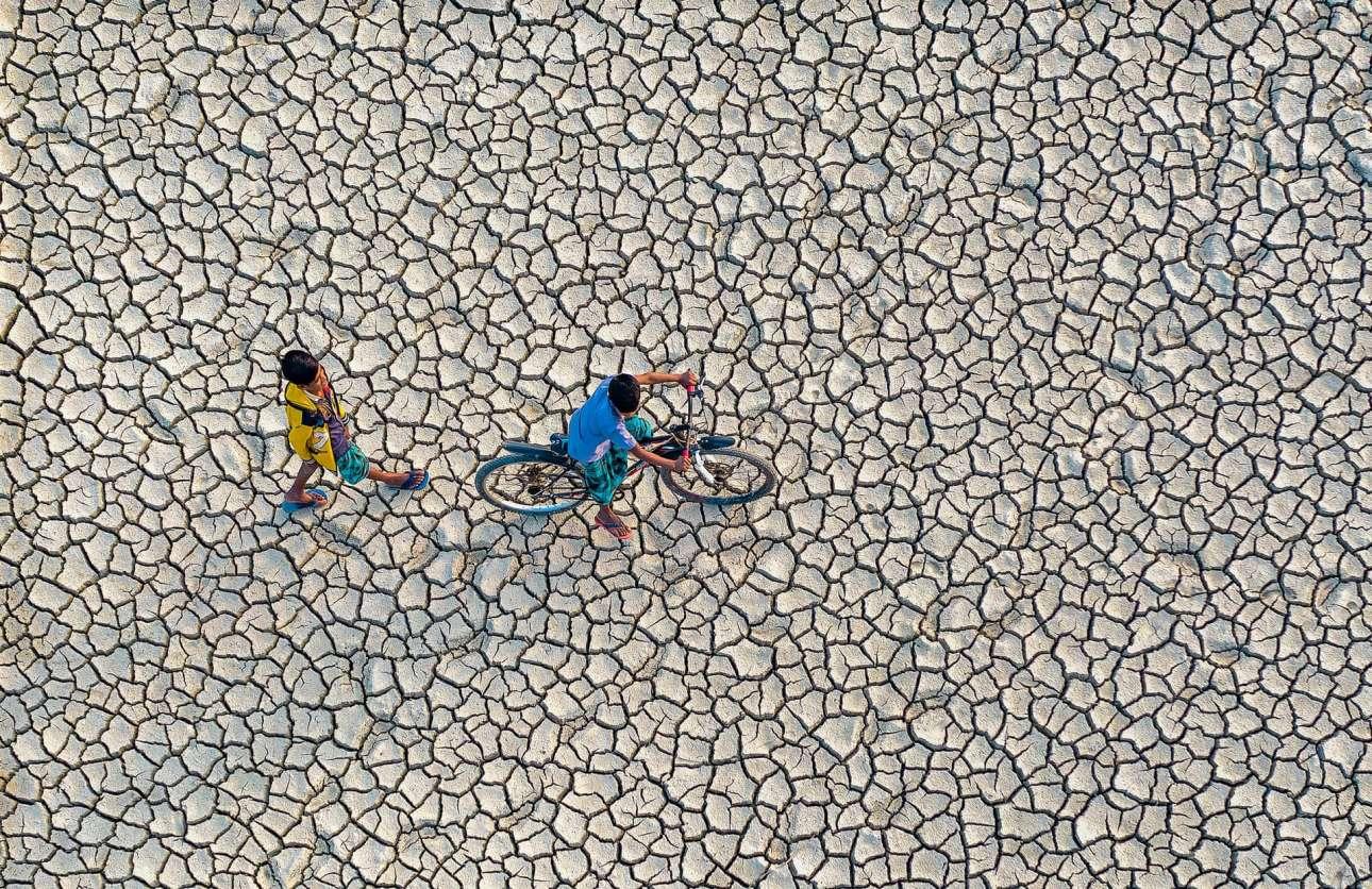 «Διψασμένη Γη»: drone απαθανατίζει δύο νεαρούς να διασχίζουν χωράφια που έχουν πληγεί από ξηρασία στο Μπαγκλαντές