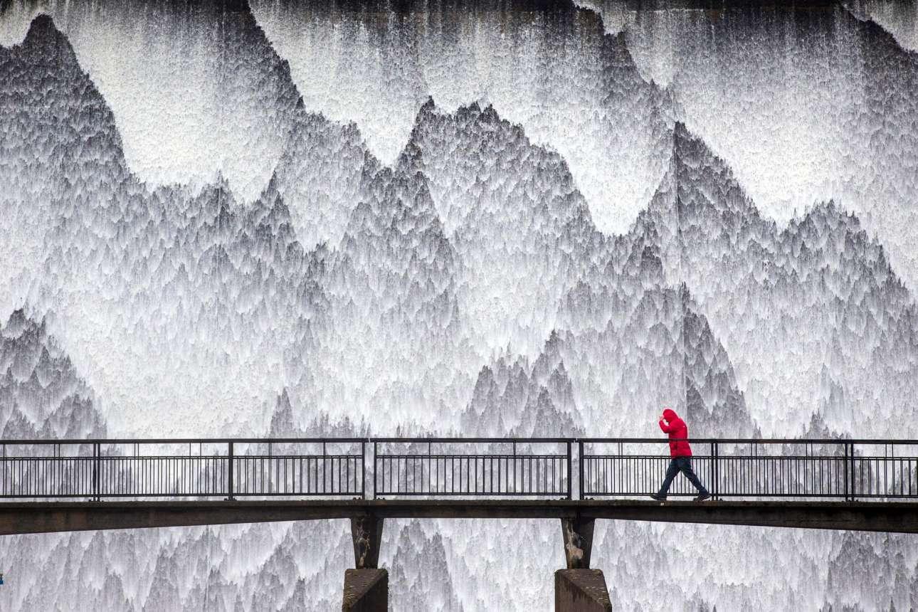 Σαν ζωγραφισμένοι μοιάζουν οι καταρράκτες που τρέχουν κάτω από το φράγμα ύψους 21 μ. στην Κάμπρια, στη Βρετανία