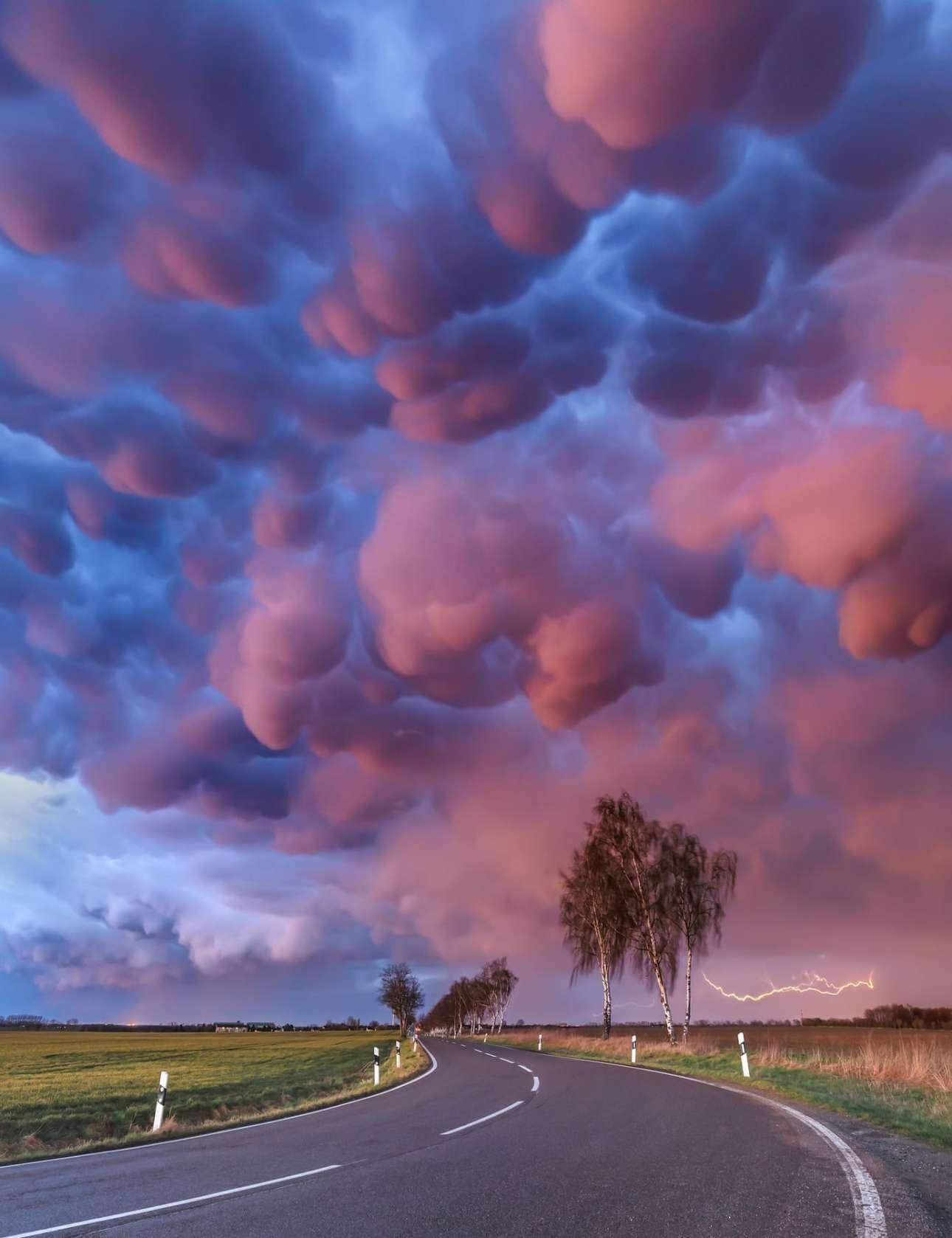 Μαστικά σύννεφα, τα οποία είναι συνήθως προάγγελοι επερχόμενης ισχυρής καταιγίδας, καραδοκούν πάνω από τη Φρανκφούρτη