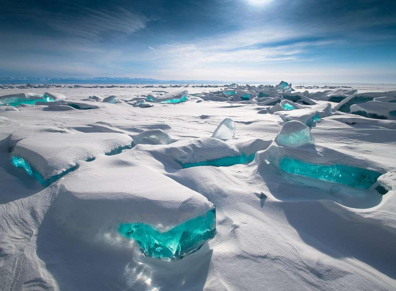 Χιονισμένοι λοφίσκοι και πάγοι που φωτίζονται από τον μεσημεριανό ήλιο... Το Βραβείο Κοινού απονεμήθηκε στην παραπάνω εκπληκτική φωτογραφία από τη λίμνη Βαϊκάλη στη Σιβηρία