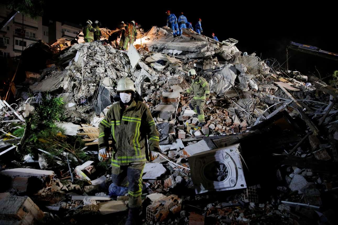 Βράδυ Παρασκευής στη Σμύρνη. Άνδρες των σωστικών συνεργείων πάνω στα χαλάσματα από τα κτίρια που κατέρρευσαν από τα 6,7 Ρίχτερ. Ο σεισμός έπληξε και τη Σάμο, αλλά στις τουρκικές ακτές οι καταστροφές ήταν τεράστιες