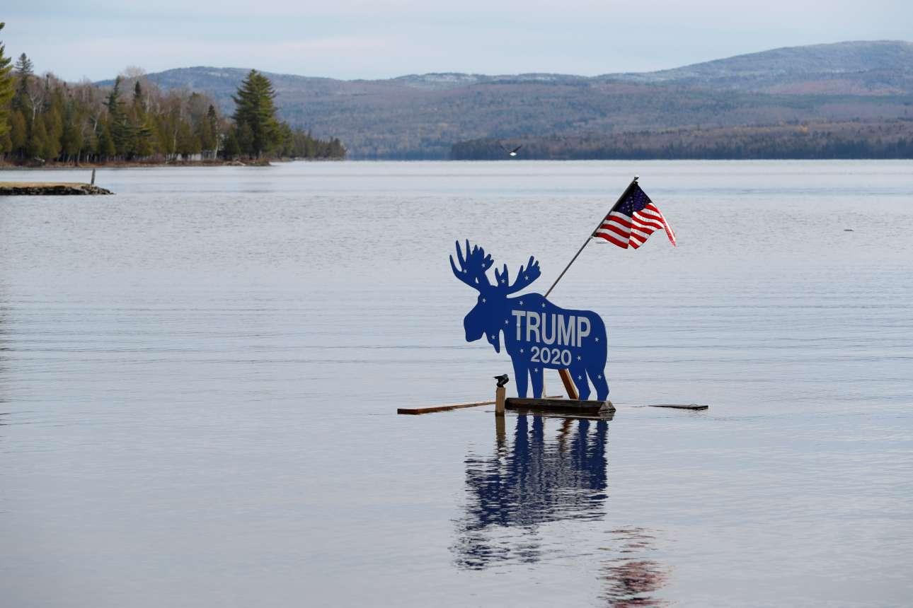Παρασκευή, 30 Οκτωβρίου, στο Οκουόσοκ του Μέιν. Ένας πλωτός τάρανδος «διαδηλώνει» για τον Ντόναλντ Τραμπ. Σε αυτήν την πολιτεία οι εκλέκτορες κατανέμονται πιο αναλογικά, ανάλογα με τις περιφέρειες, επομένως ο πρόεδρος έχει ελπίδες