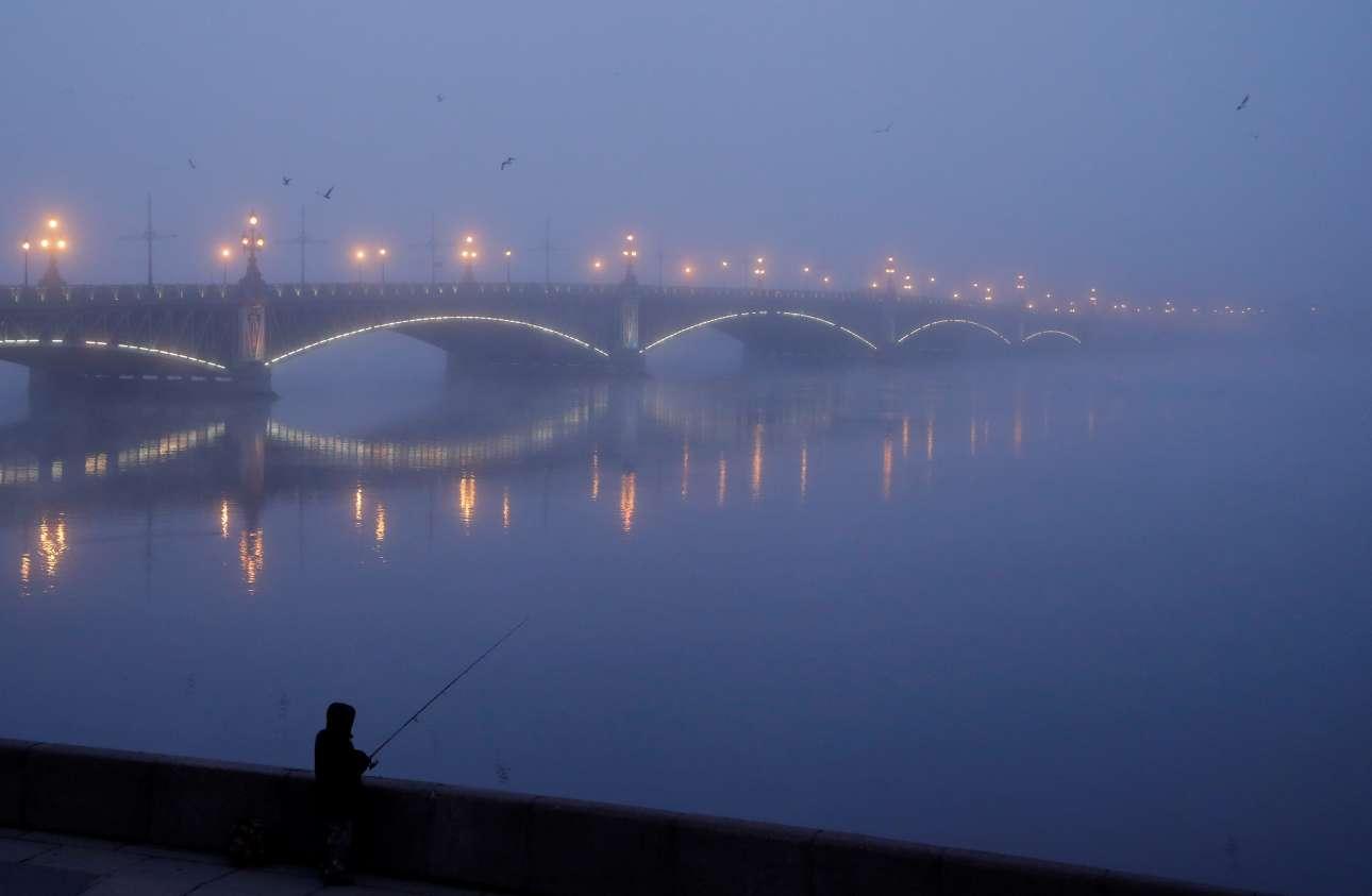 Ξημέρωμα του Νοεμβρίου με ψάρεμα στην Αγία Πετρούπολη της Ρωσίας