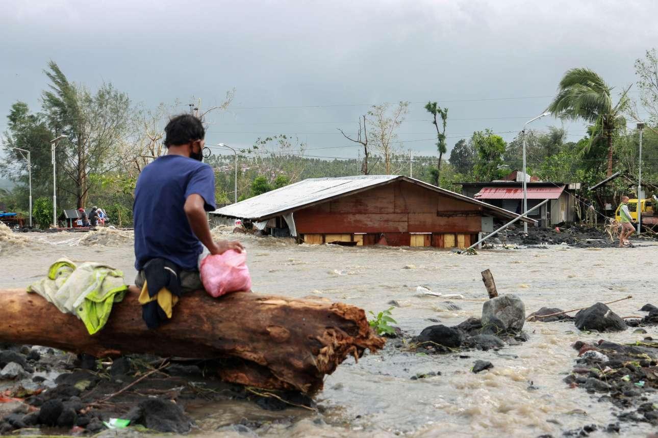 Και ένα άλλο ξημέρωμα της πρώτης μέρας του Νοεμβρίου στην Νταράγκα στις Φιλιππίνες, όπου ο τυφώνας «Γκόνι» πλημμύρισε απέραντες εκτάσεις