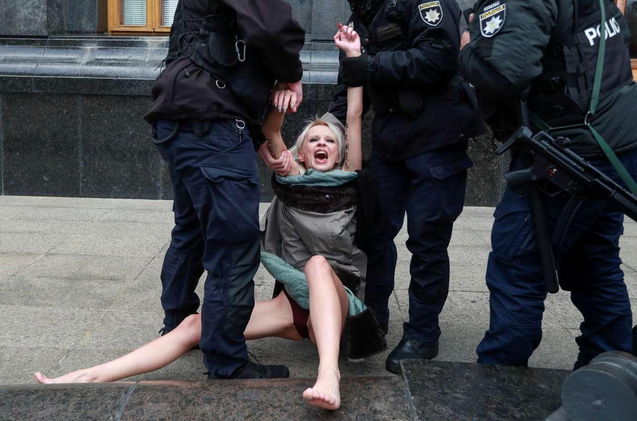 Femen, τουτέστιν ημίγυμνες διαδηλώτριες. Τι και αν στο Κίεβο είχε ξημερώσει η «Διεθνής Ημέρα Εξάλειψης της Βίας κατά των Γυναικών»; Οι χωροφύλακες, ντυμένοι μέχρι τα μπούνια, επενέβησαν
