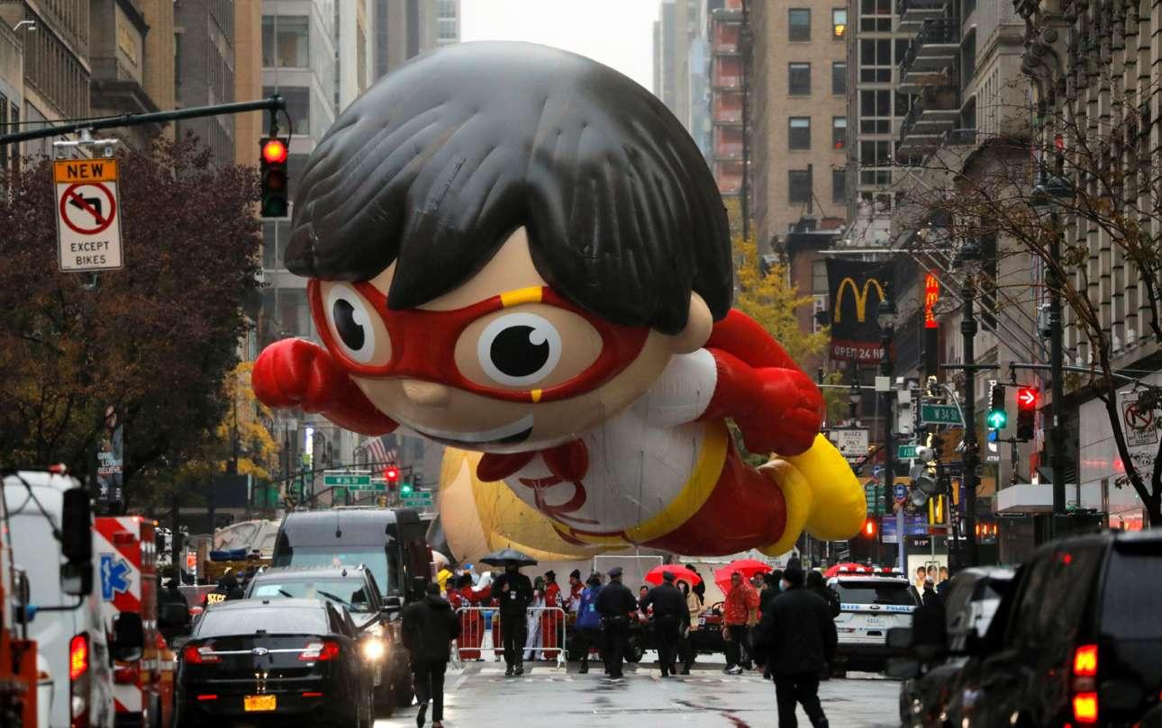 Μπαλόνι της 94ης Παρέλασης για την Ημέρα των Ευχαριστιών, που έγινε στο Μανχάταν. Βλέπετε υπεριπτάμενο τον Κόκκινο Τιτάνα, ήρωα του «Ryan's World» που ανδραγαθεί στο παιδικό κανάλι του ΥouTube