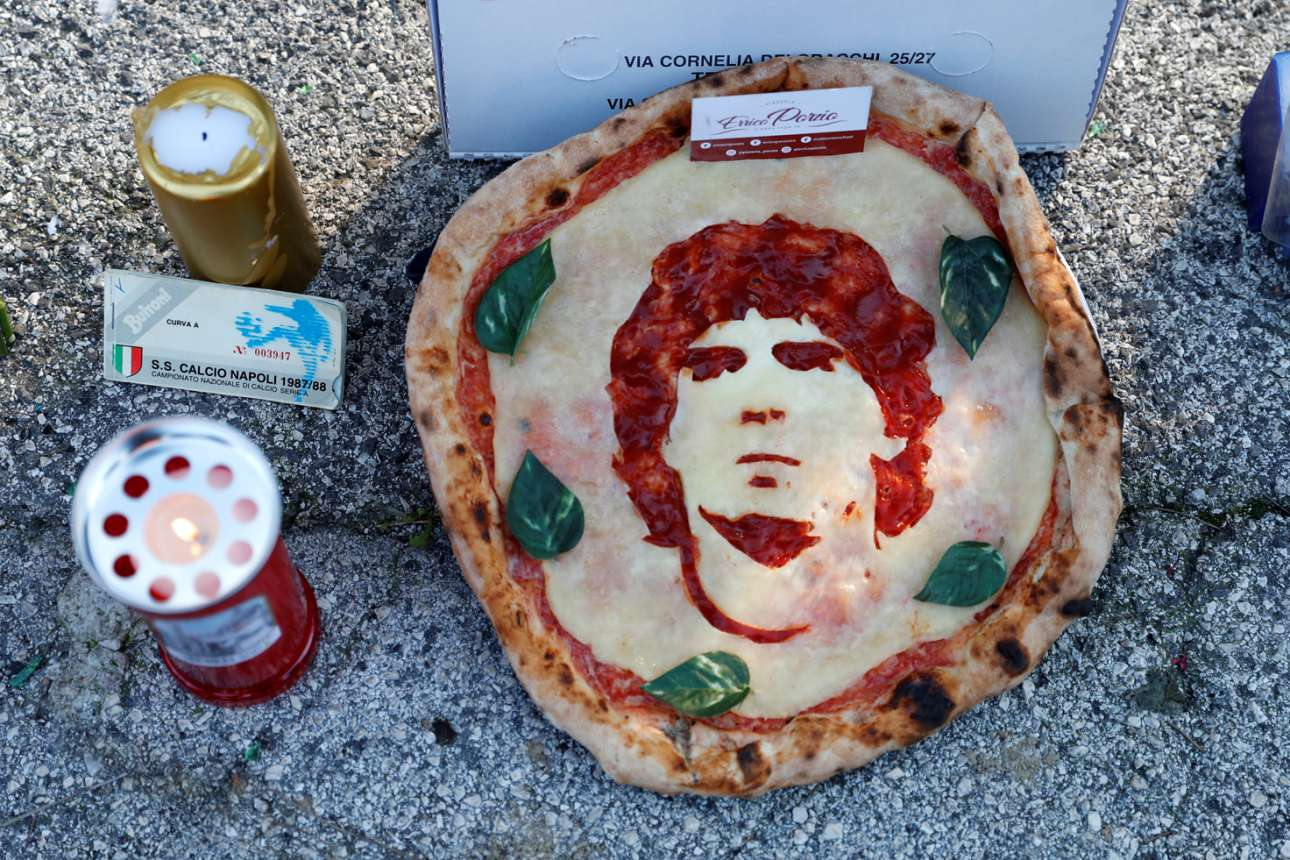 Το δεκατιανό του Χάρου. Και πίτσα με τη μορφή του Μαραντόνα, φτιαγμένη από σαλάμι και μοτσαρέλα, εμφανίστηκε έξω από το γήπεδο της Νάπολης - για να στυλωθεί ο κατάκοπος βαρκάρης