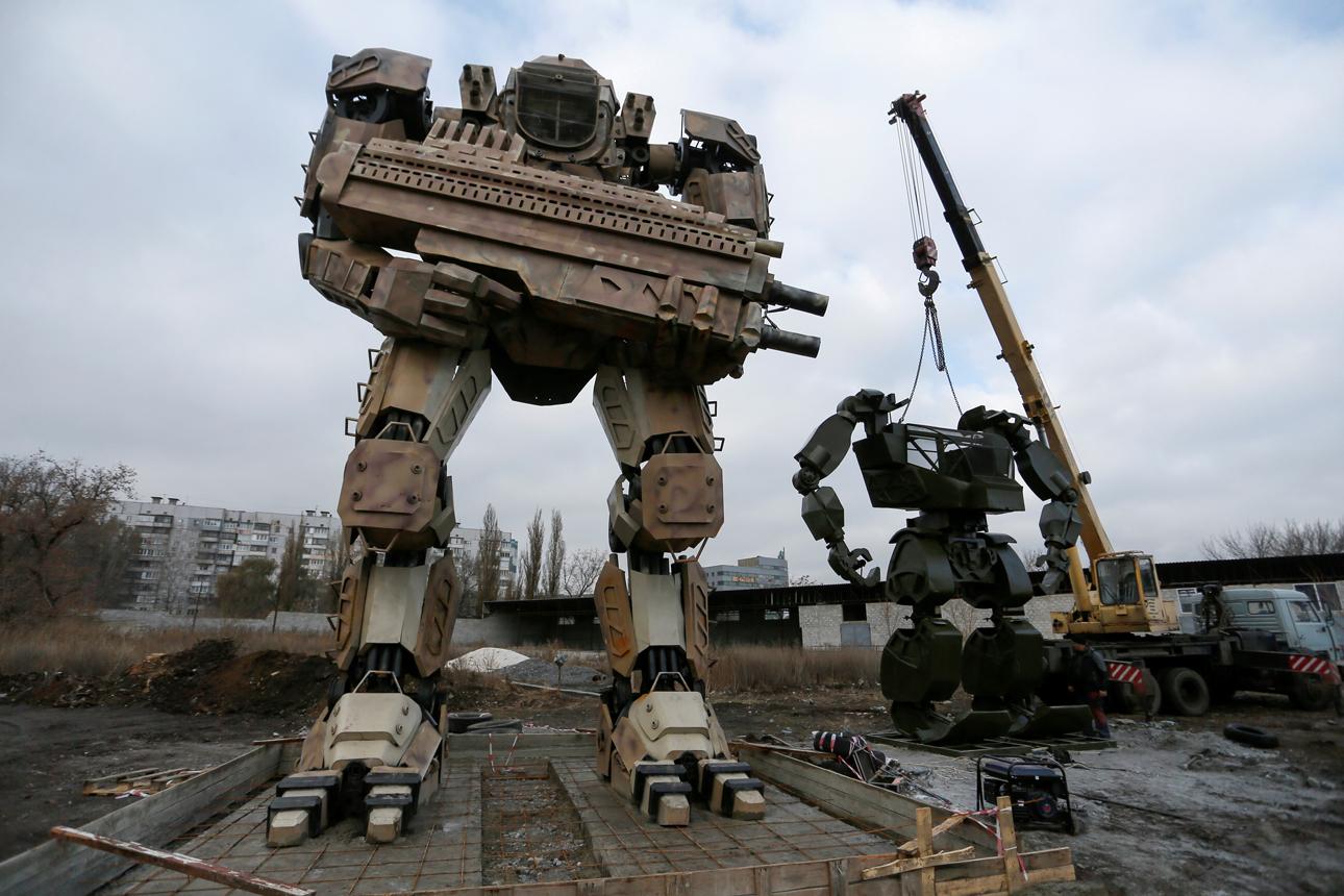 Στο Ντονέτσκ της Ουκρανίας (ή στο Ντονέτσκ της Λαϊκής Δημοκρατίας του Ντονέτσκ, ό,τι προτιμάτε) τα ρομποτικά τερατουργήματα δεν θα μπορούσαν παρά να θυμίζουν τον πόλεμο. Μάλιστα, δεν είναι παιχνίδι