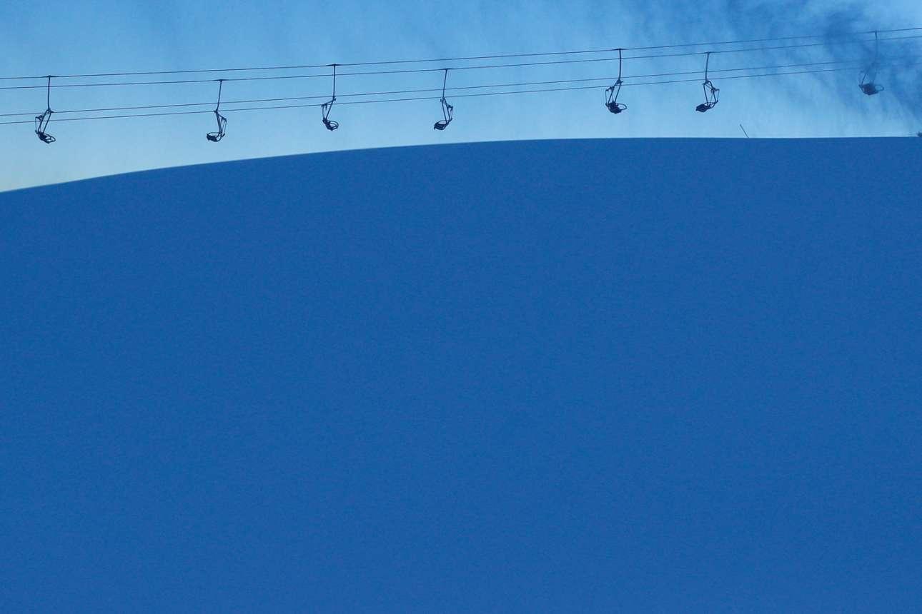 Σκι του χρόνου. Στιγμιότυπο από αλπικό χιονοδρομικό κέντρο στο λεγόμενο «πέρασμα Τονάλε». Ερημία και ψύχος, αφού η ιταλική κυβέρνηση αποφάσισε lockdown στα όρη και στα τουριστικά βουνά
