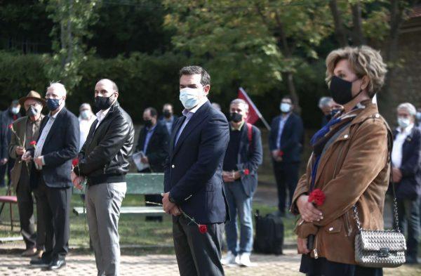 Σε σχηματισμό στο ΕΑΤ-ΕΣΑ και ο Τσίπρας με τους βουλευτές του για την επέτειο του Πολυτεχνείου
