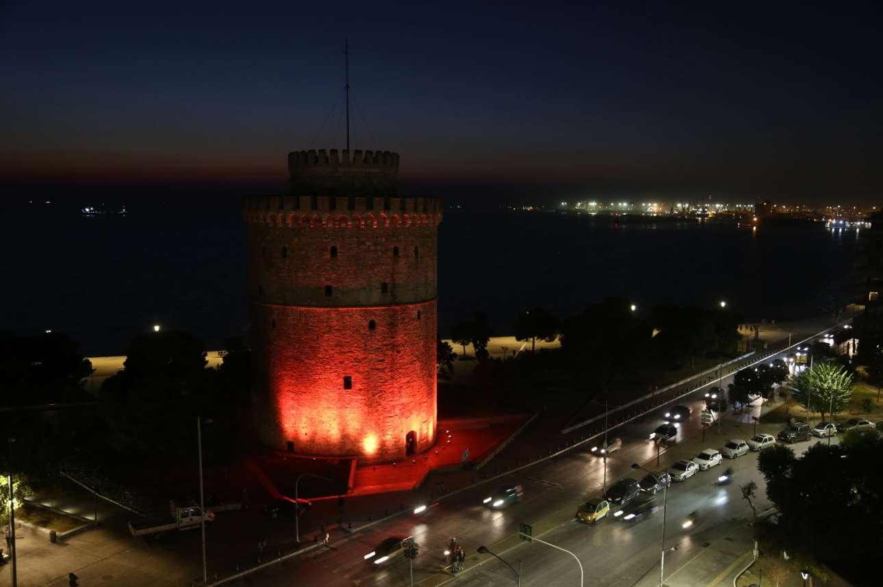 Ο Λευκός Πύργος της Θεσσαλονίκης έγινε πορτοκαλής καθώς φωτίστηκε ειδικά για τη «Διεθνή Ημέρα Εξάλειψης της Βίας κατά των Γυναικών»