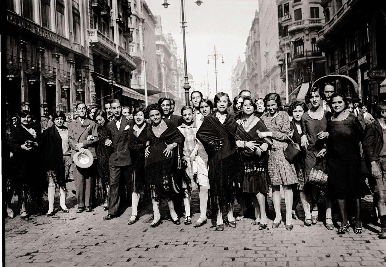 Μοδίστρες και ράφτες γιορτάζουν την Ημέρα του Αγίου Αντωνίου, στη Gran Vía, τον κεντρικό εμπορικό δρόμο, το 1933