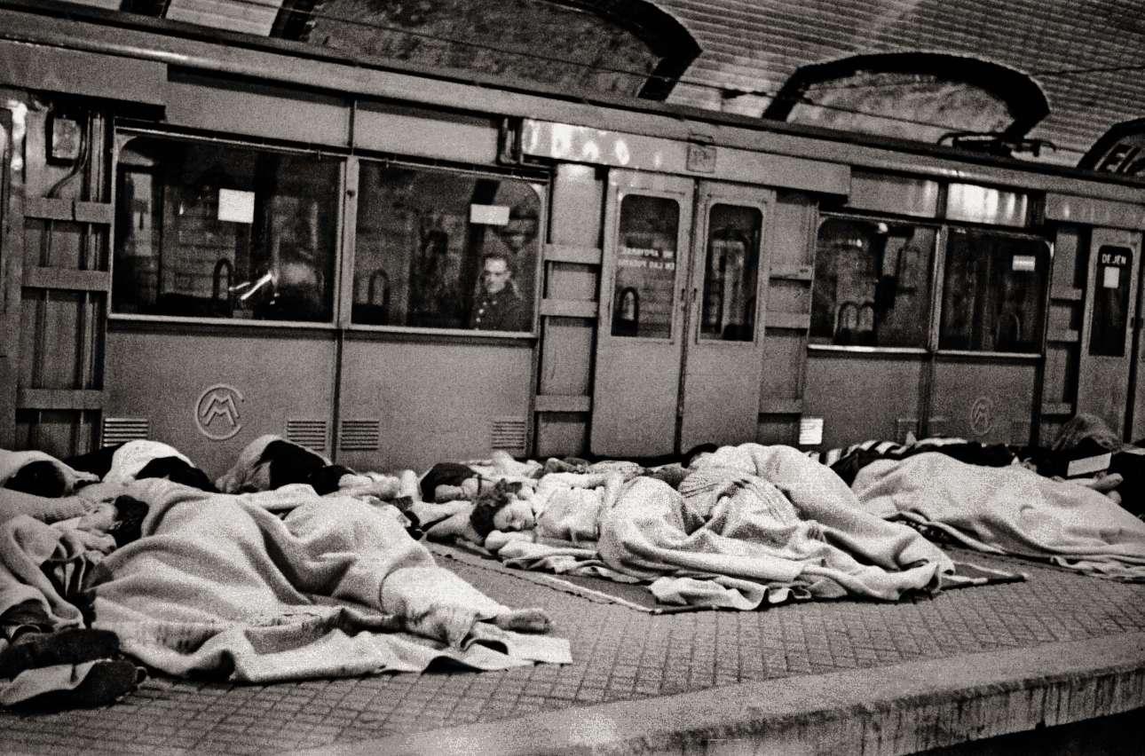 Πρόσφυγες κοιμούνται σε σταθμό του μετρό, στα χρόνια του Εμφυλίου, το 1939