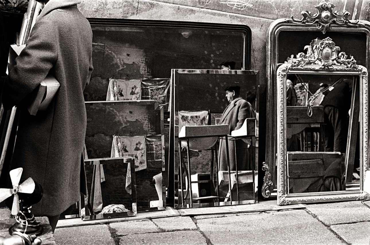 Καθρέφτες και αντανακλάσεις στη flea market, το 1961