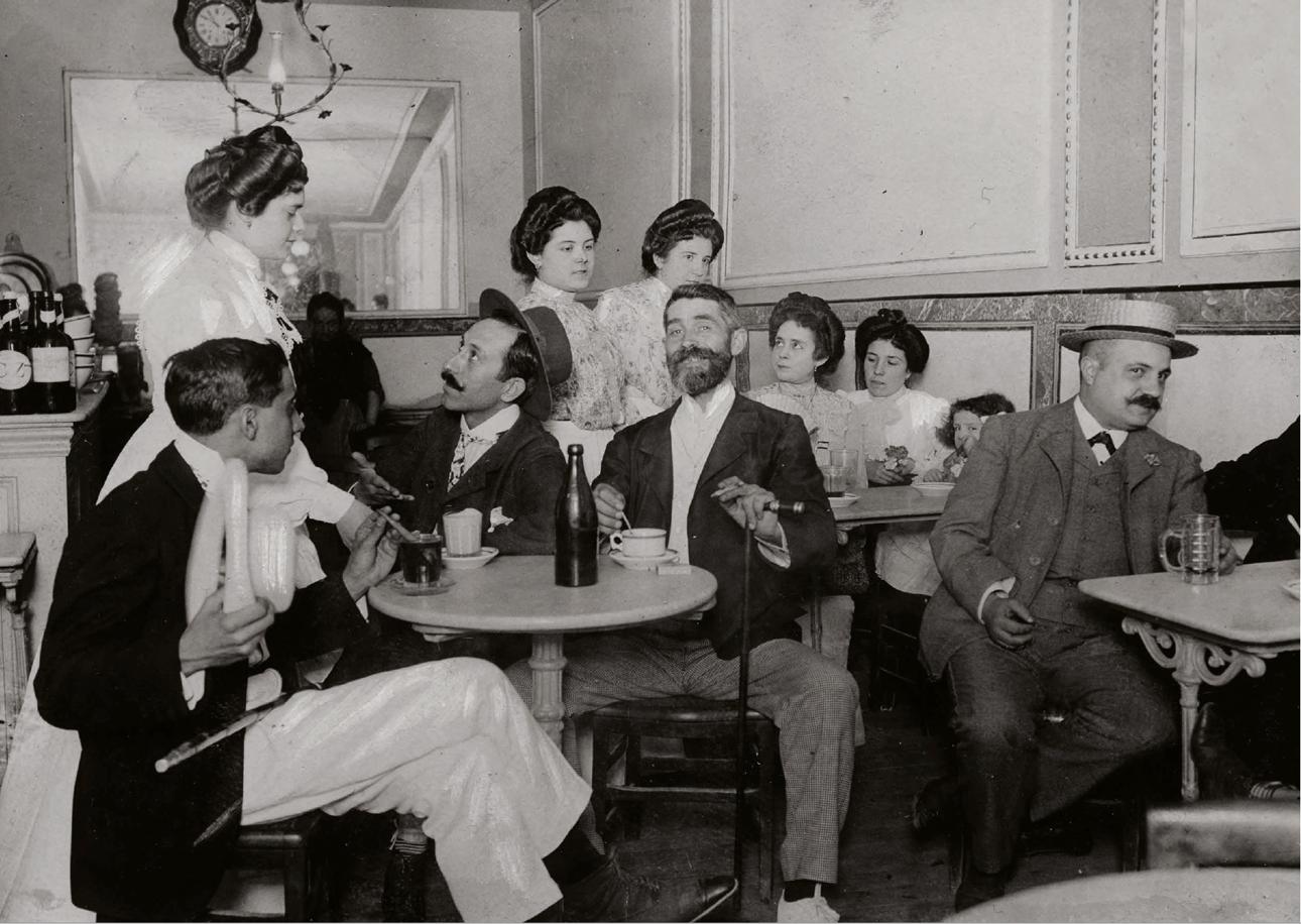 Μαδριλένοι σε μαγαζί που σερβίρει ορτσάτα, παραδοσιακό ρόφημα που μοιάζει με σουμάδα, το 1903