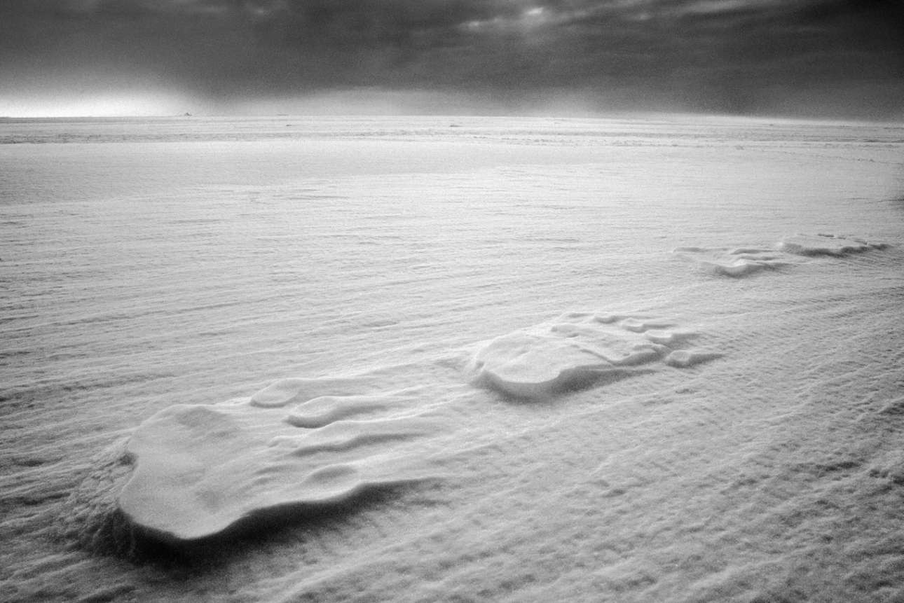 Ο Αξελσον αποτυπώνει σε έντονες ασπρόμαυρες εικόνες την ανθρώπινη εμπειρία στην φύση στην άκρη του κόσμου, καθιστώντας ορατές τις εντυπωσιακές σχέσεις μεταξύ των ανθρώπων της Αρκτικής και του ακραίου περιβάλλοντος όπου ζουν