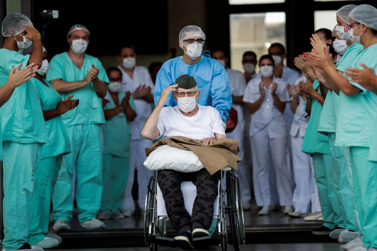 Υπέργηρος Βραζιλιάνος, βετεράνος του Β'ΠΠ, νίκησε και τον κορονοϊό και αποχωρεί από το νοσοκομείο χαιρετώντας στρατιωτικά, υπό τα χειροκροτήματα όλων