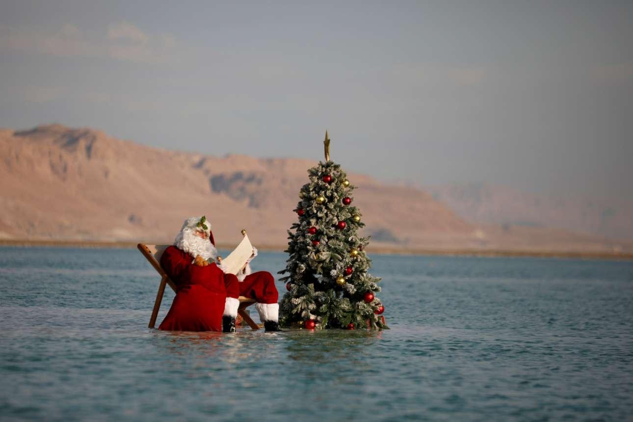 Αντρας με αγιοβασιλιάτικη στολή και ένα μισοβυθισμένο στη Νεκρά Θάλασσα χριστουγεννιάτικο δέντρο – στιγμιότυπο από εκδήλωση του υπουργείου Τουρισμού του Ισραήλ