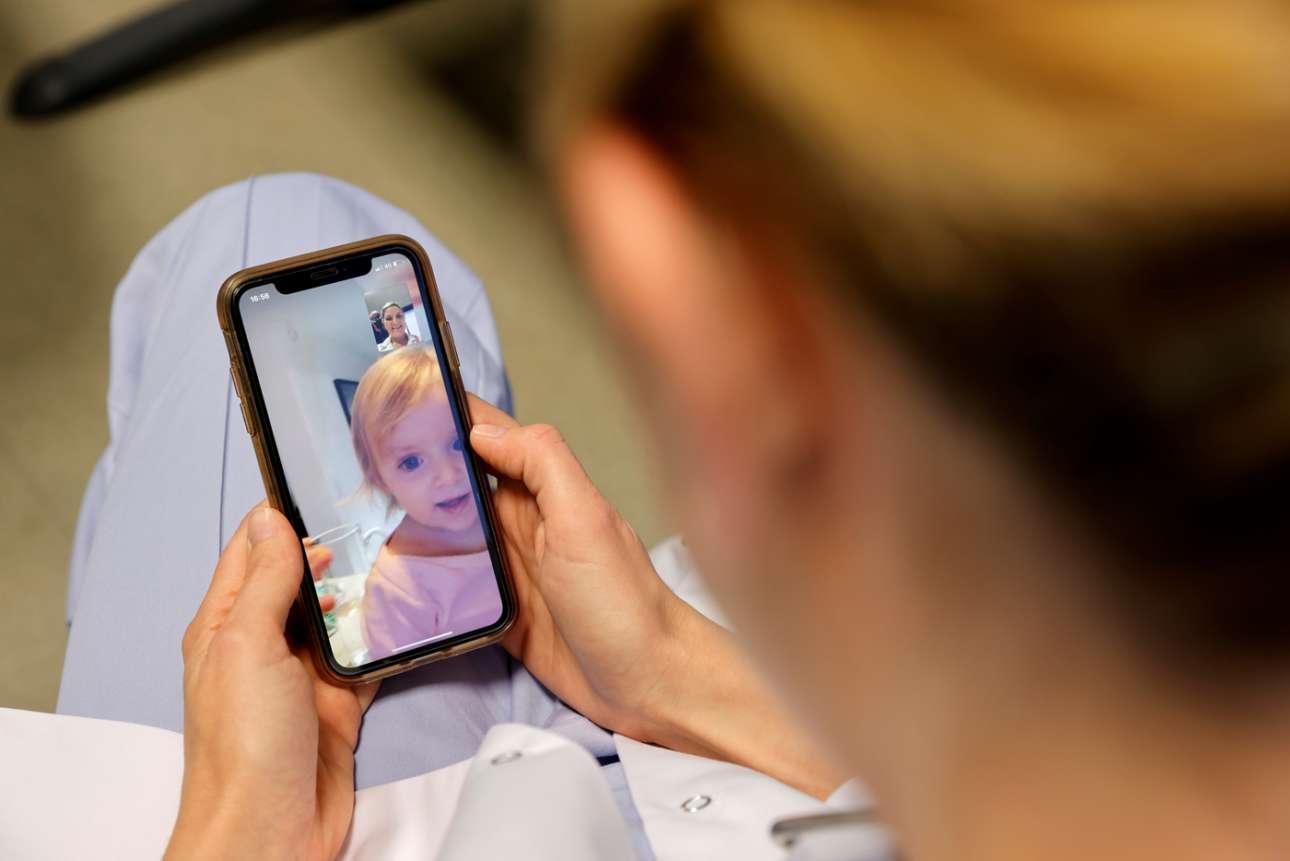 Βλέπει την κόρη της από το κινητό της, αφού η εφημερία της διαρκεί τέσσερις ημέρες – η μάνα είναι γιατρός και υπηρετεί σε ΜΕΘ γαλλικού νοσοκομείου, ειδικά για πάσχοντες από κορονοϊό