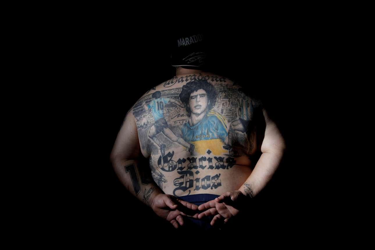 Πιτσαδόρος στην Αργεντινή ποζάρει τα οπίσθιά του στον φακό. Δεν προκαλεί, θέλει απλώς να επιδείξει τα τατουάζ που έχει η πλάτη του ταμένα στη χάρη του Μαραντόνα
