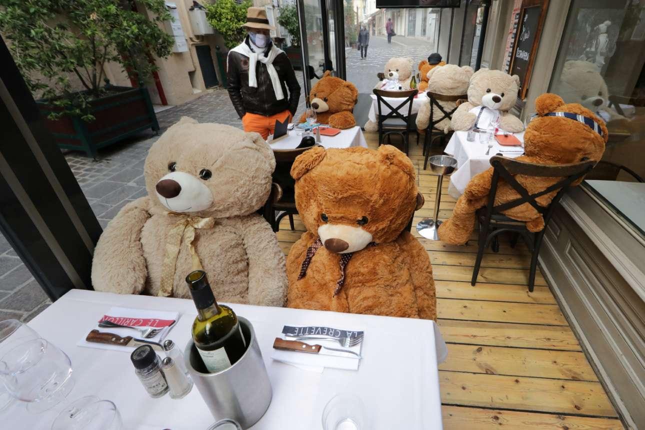 Γάλλος εστιάτορας, που λόγω καραντίνας δεν μπορεί να έχει πελάτες, τοποθέτησε στα τραπέζια του αρκούδες – λούτρινες μεν, όμως και αυτές θλιμμένες δείχνουν