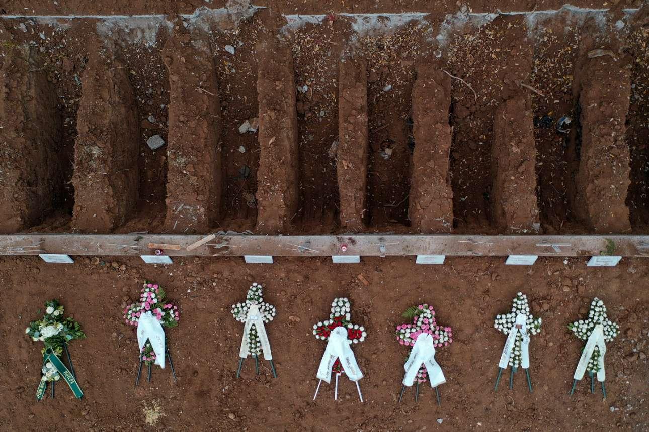 Λάκκοι και στεφάνια περιμένουν τα φέρετρα με τα θύματα του κορονοϊού σε νεκροταφείο της Θεσσαλονίκης