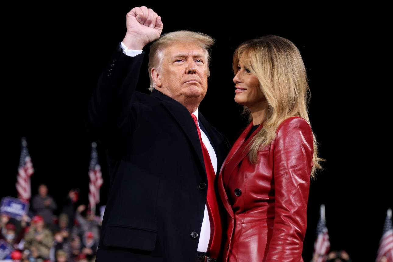 Αμετανόητοι και συνεχώς σε μια πόζα. Ο Ντόναλντ και η Μελάνια Τραμπ το Σάββατο στη Βαλντόστα της Τζόρτζια, για να στηρίξουν την υποψηφιότητα δύο γερουσιαστών. Η Τζόρτζια, την οποία κέρδισε ο Τζο Μπάιντεν στις προεδρικές, είναι κρίσιμη για την ισορροπία στη Γερουσία