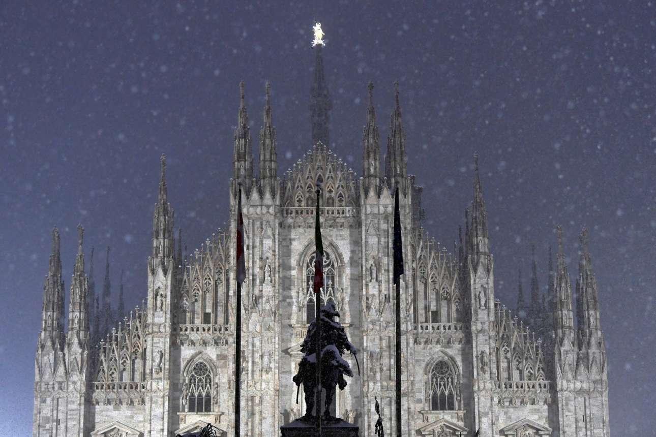 Η χιονόπτωση στο Μιλάνο, στην πρωτεύουσα της πολύ ταλαιπωρημένης από τον κορονοϊό Λομβαρδίας, έδωσε ένα ωραίο καρέ με το Ντουόμο, τον καθεδρικό ναό της βιομηχανικής μεγαλούπολης της Ιταλίας