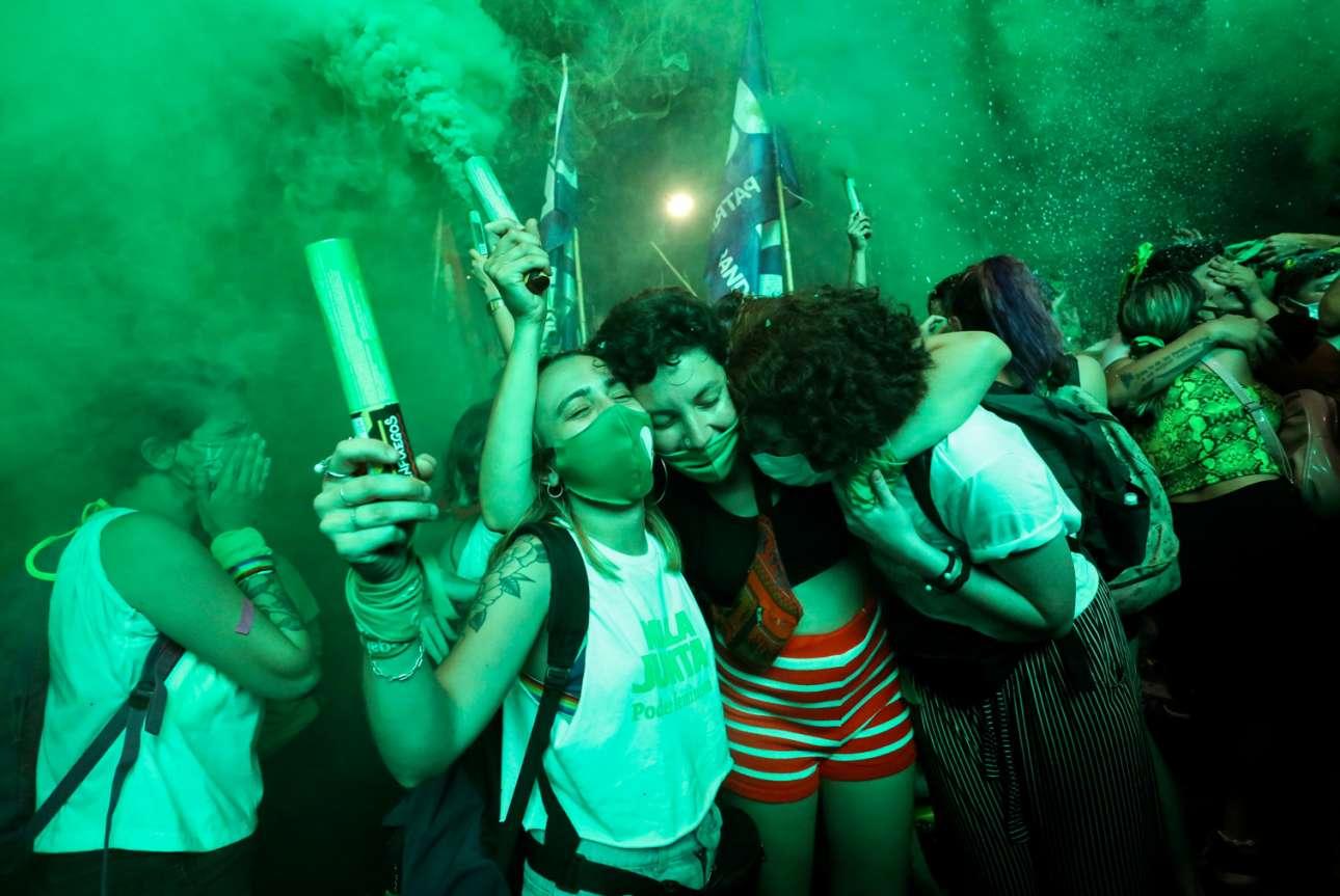 Καθώς η Γερουσία της Αργεντινής ψήφισε υπέρ της νομιμοποίησης των αμβλώσεων, οι ξέφρενοι πανηγυρισμοί των διαδηλωτριών στους δρόμους του Μπουένος Αϊρες, με σημαίες και καπνογόνα, ήταν η λογική συνέπεια