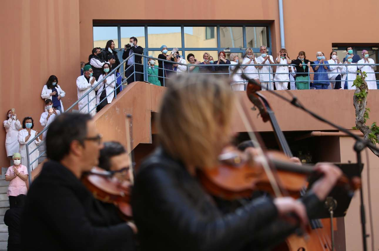 Η ορχήστρα σύγχρονης μουσικής της ΕΡΤ έπαιξε στο προαύλιο του νοσοκομείου «Αττικόν» προς τιμήν του νοσηλευτικού προσωπικού τον Απρίλιο