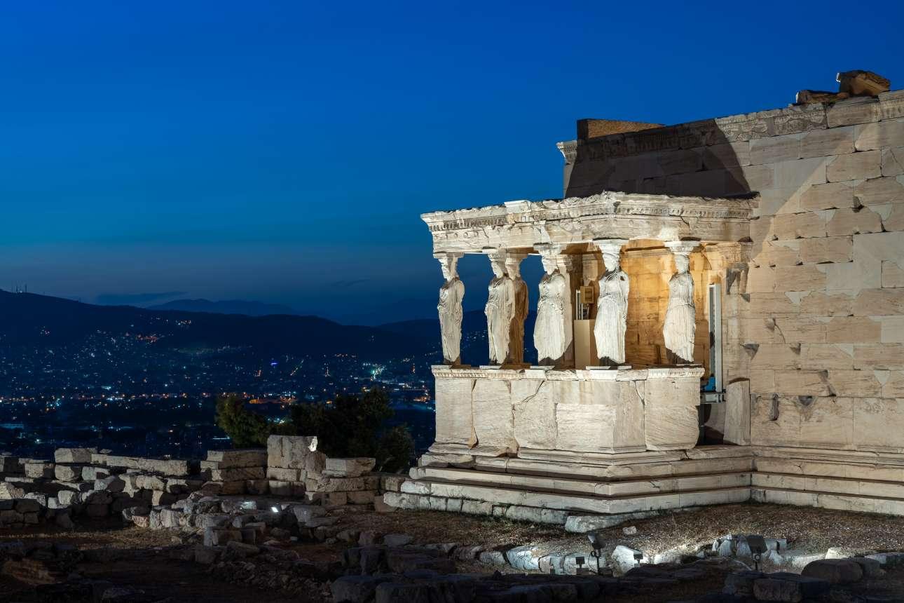 29 Σεπτεμβρίου. Η Ακρόπολη αποκτάει νέο φωτισμό σε μία μάλλον μουντή εποχή για την Αθήνα. Δείτε εδώ τις Καρυάτιδες