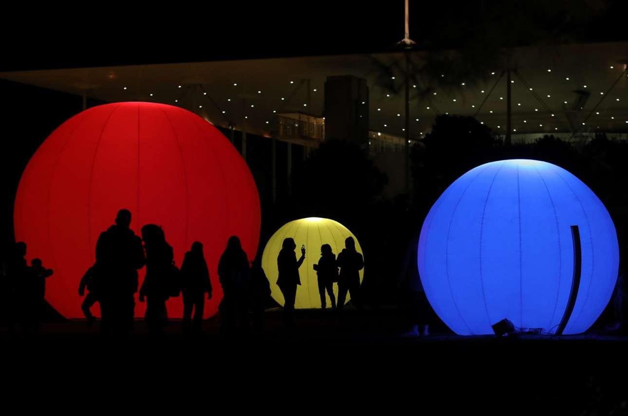 Στιγμιότυπο από τον εορταστικά στολισμένο περίβολο του Κέντρου Πολιτισμού του Ιδρύματος Σταύρος Νιάρχος στο Φάληρο
