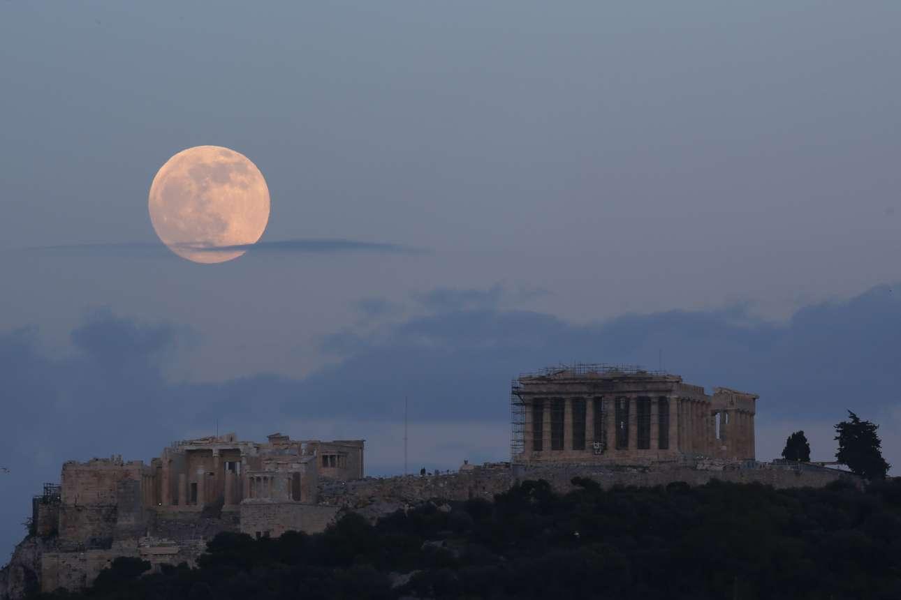 Η τελευταία πανσέληνος του 2020 πάνω από την Ακρόπολη των Αθηνών, την Τετάρτη 30 Δεκεμβρίου