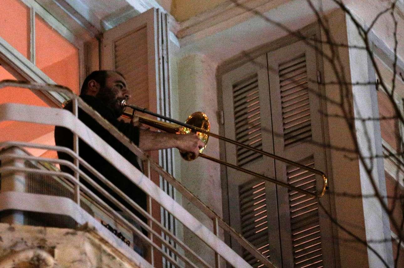 «Διαμπαλκονική», όπως τη χαρακτήρισαν οι διοργανωτές της, ήταν η ιδιότυπη «συναυλία» της οδού Σβώλου στη Θεσσαλονίκη, την Τετάρτη 30 Δεκεμβρίου. Από τις βεράντες οι νότες ταξίδεψαν μέχρι κάτω στον δρόμο, όπου συνωστίστηκε πλήθος. Ε, και για αυτό το «φάλτσο» επελήφθησαν άλλα… όργανα