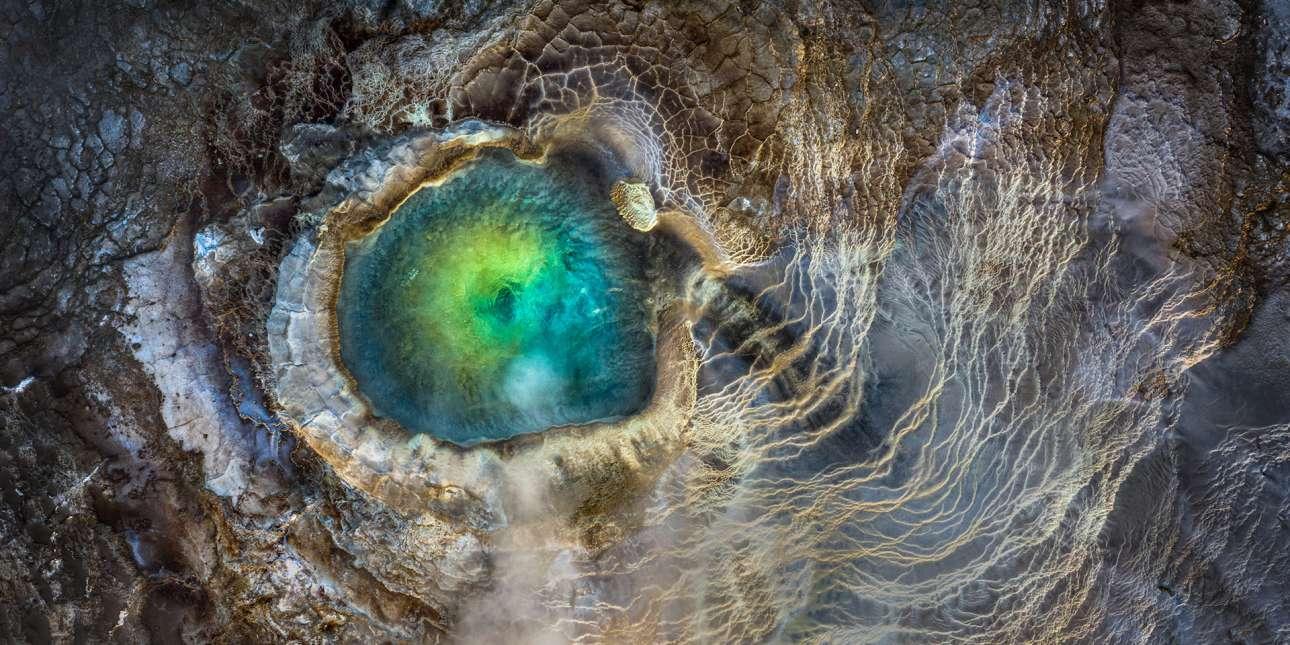 Το πρώτο βραβείο στην κατηγορία «Ψηφιακή Τέχνη» κέρδισε η φωτογραφία που τράβηξε ο Μανίς Μαμτάνι από τις ΗΠΑ καταγράφοντας από ψηλά μια γεωθερμική πηγή στα Χάιλαντς της Ισλανδίας. Κατέθεσε την φωτογραφία στον διαγωνισμό με τίτλο «Μάτι του Δράκου»