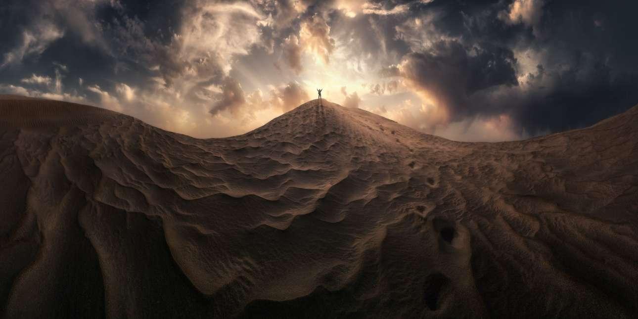 Αυτό το πανόραμα 180 μοιρών από την έρημο της Σαχάρας κέρδισε την προσοχή της επιτροπής στον διαγωνισμό. Η φωτογραφία, που ονομάστηκε «Κονσέρτο  Φωτός» αποτελεί σύνθεση εννέα διαφορετικών εικόνων