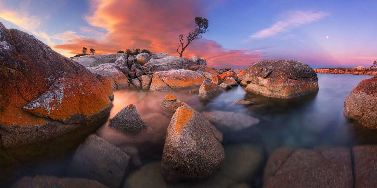 Η δύση του Ηλίου στην περιοχή Binalog Bay στην Τασμανία, με την κάμερα τοποθετημένη στο επίπεδο του νερού και τον ουρανό να παίρνει διάφορες αποχρώσεις αποτύπωσε μια εντυπωσιακή εικόνα που διακρίθηκε στον διαγωνισμό