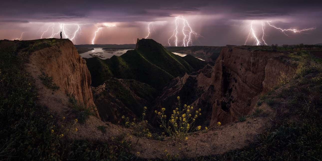 Άλλη μια φωτογραφία του Χουάν Λόπεζ Ρουίθ κέρδισε την προσοχή στον διαγωνισμό. Πρόκειται για μια πραγματικά εντυπωσιακή εικόνα από μια καταιγίδα την στιγμή που δεκάδες κεραυνοί χτυπούν την περιοχή του Τολέδο, στην Ισπανία. O φωτογράφος την ονόμασε «Ηλεκτρική Θύελλα»