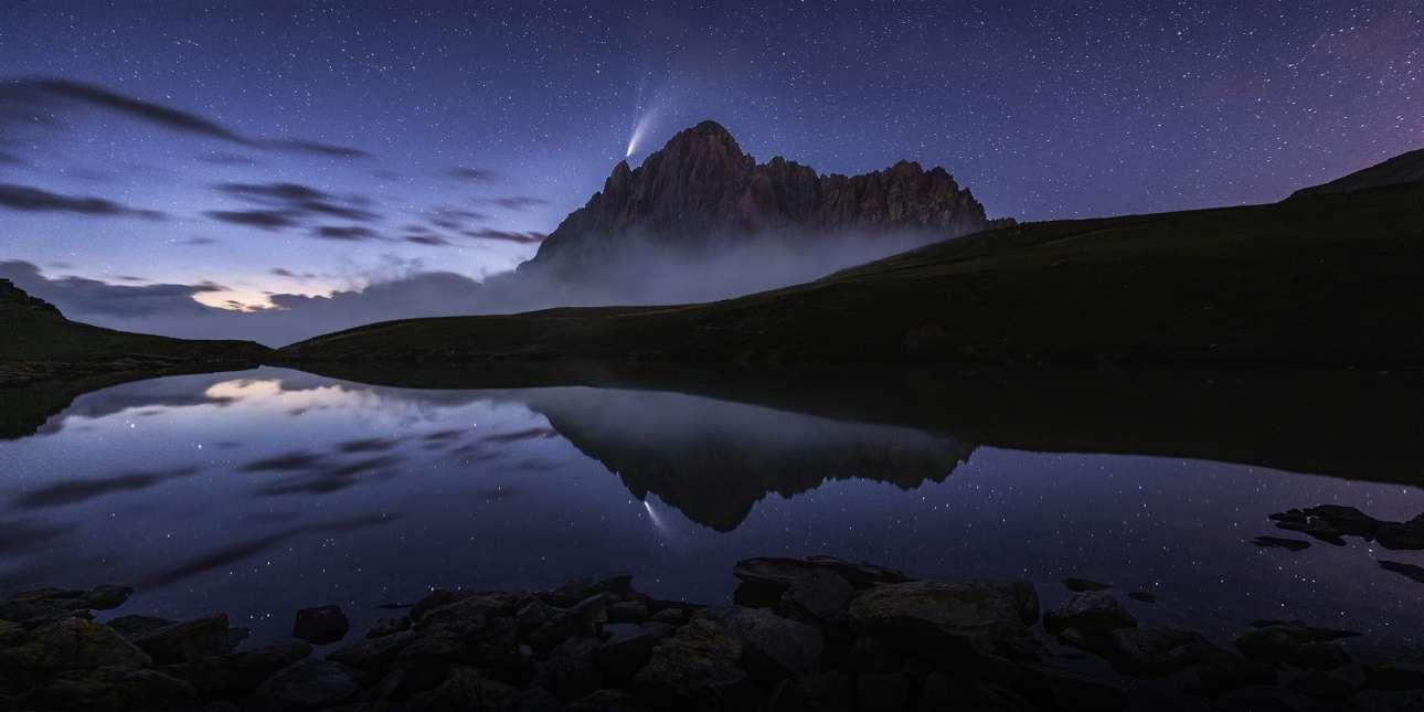 Το νερό μιας λίμνης στην οροσειρά Rocca la Meja στην Ιταλία μοιάζει με καθρέφτη που αποτυπώνει την εικόνα του τοπίου και του νυχτερινού ουρανού. Η εικόνα, που ονομάστηκε «Αντανάκλαση πάνω στην Λίμνη», προκάλεσε την προσοχή της επιτροπής και όχι άδικα