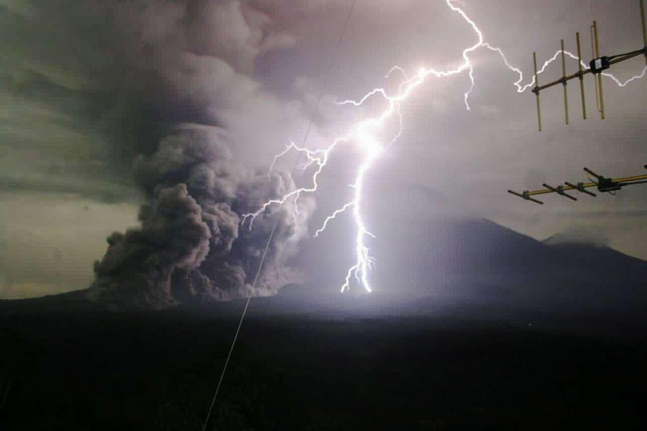 Το όρος Σεμερού, στην Ινδονησία, εκτοξεύει ηφαιστειακά υλικά κατά τη διάρκεια μιας έκρηξης