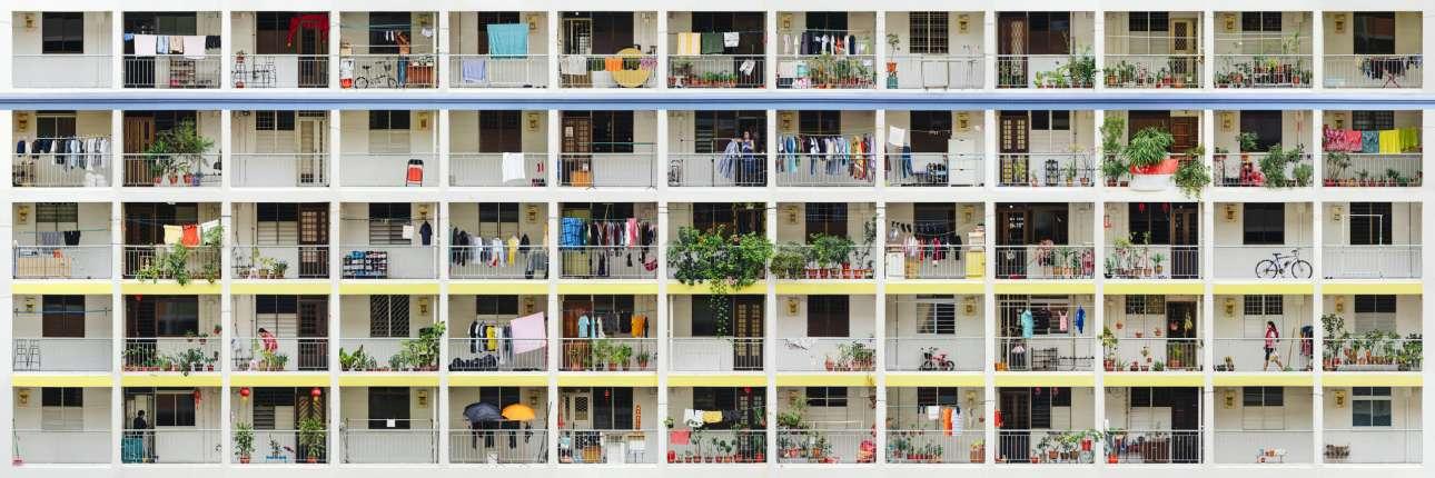 Οι εργατικές κατοικίες. Το πρώτο βραβείο στην κατηγορία «Gigapixel Image» κέρδισε ο Βρετανός Τζέισον Ντένινγκ με μια εικόνα από ένα από τα κτιριακά συγκροτήματα που έχει κατασκευάσει ο κρατικός οργανισμός HDB στην Σιγκαπούρη. Τα κτίρια αυτά αποτελούνται από πολλά καλής ποιότητας αλλά χαμηλής τιμής διαμερίσματα τα οποία προσφέρονται σε πολίτες της Σιγκαπούρης ή αλλοδαπούς που διαμένουν μόνιμα στην χώρα. Οι τιμές αγοράς κατοικιών στην Σιγκαπούρη είναι πολύ υψηλές με τον μέσο όρο να αγγίζει τα 1,3 εκατ. ευρώ ενώ τα συγκεκριμένα διαμερίσματα κοστίζουν περίπου 300 χιλιάδες ευρώ