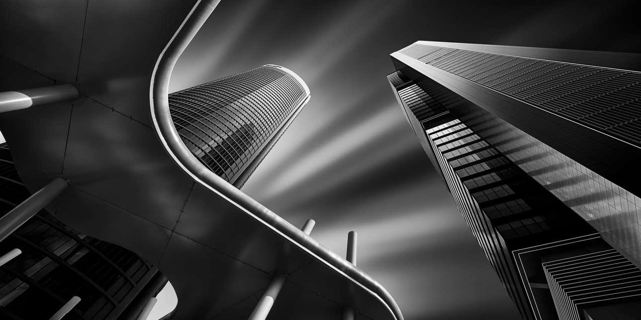 Το πρώτο βραβείο στην κατηγορία των ερασιτεχνών φωτογράφων του διαγωνισμού κέρδισε ο ισπανός Χουάν Λόπεζ Ρουίθ με μια εικόνα των δύο από τους τέσσερις ουρανοξύστες του χρηματοοικονομικού κτιριακού συγκροτήματος Cuatro Torres στη Μαδρίτη. Ο Ρουίθ τράβηξε την φωτογραφία και στην συνέχεια πραγματοποίησε σε αυτή ψηφιακή ασπρόμαυρη επεξεργασία και να βελτιώσω την αντίθεση προσθέτοντας προσθέτοντας σκιές και φως για να δημιουργήσει αντιθέσεις. Ονόμασε την φωτογραφία «Φως και Σκοτάδι στους Πύργους» η οποία διακρίθηκε  και στην κατηγορία «Τεχνητό Περιβάλλον-Αρχιτεκτονική»