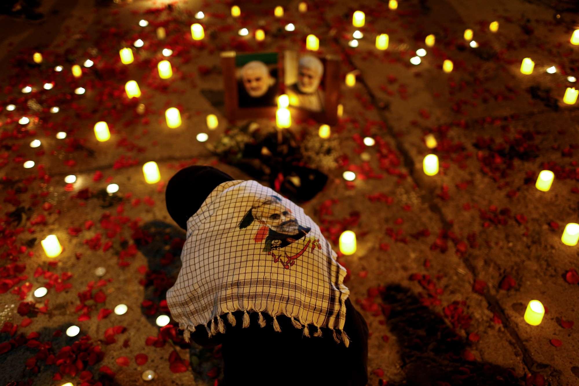 Οι Ιρανοί τιμούν τη μνήμη του στρατηγού Κασίμ Σολεϊμανί και του ιρακινού διοικητή Αμπού Μαχντί Αλ Μουχαντίς που σκοτώθηκαν πριν ένα χρόνο, στη Βαγδάτη, πιθανότατα από αμερικανικά πυρά