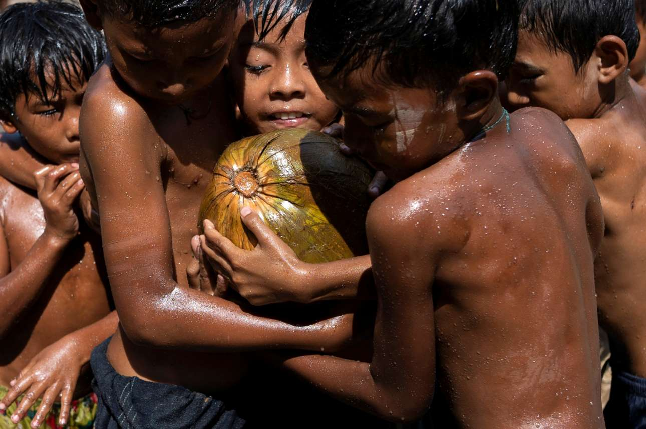 Λαδωμένη καρύδα που γλιστρά είναι αυτή με την οποία παίζουν τα παιδιά στην Γιανγκόν (πρώην Ραγκούν) της Μιανμάρ (πρώην Μπούρμα ή Βιρμανία). Εκεί οι φτωχοί γιόρτασαν την 73η Ημέρα Ανεξαρτησίας τους