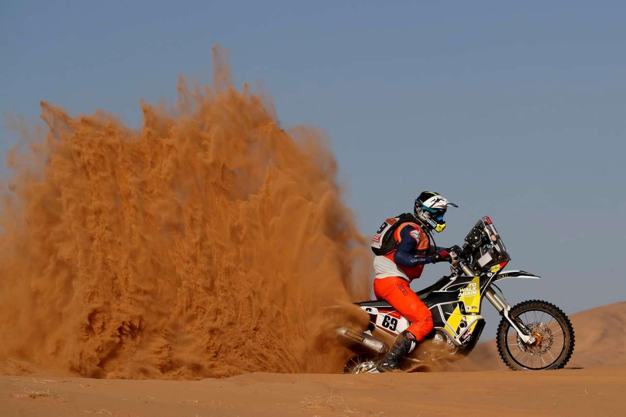 Μοτοσικλετιστής πρωταγωνιστεί σε θεαματικό στιγμιότυπο από την έρημο της Σαουδικής Αραβίας όπου διεξάγεται το λεγόμενο «Ράλι Ντακάρ»