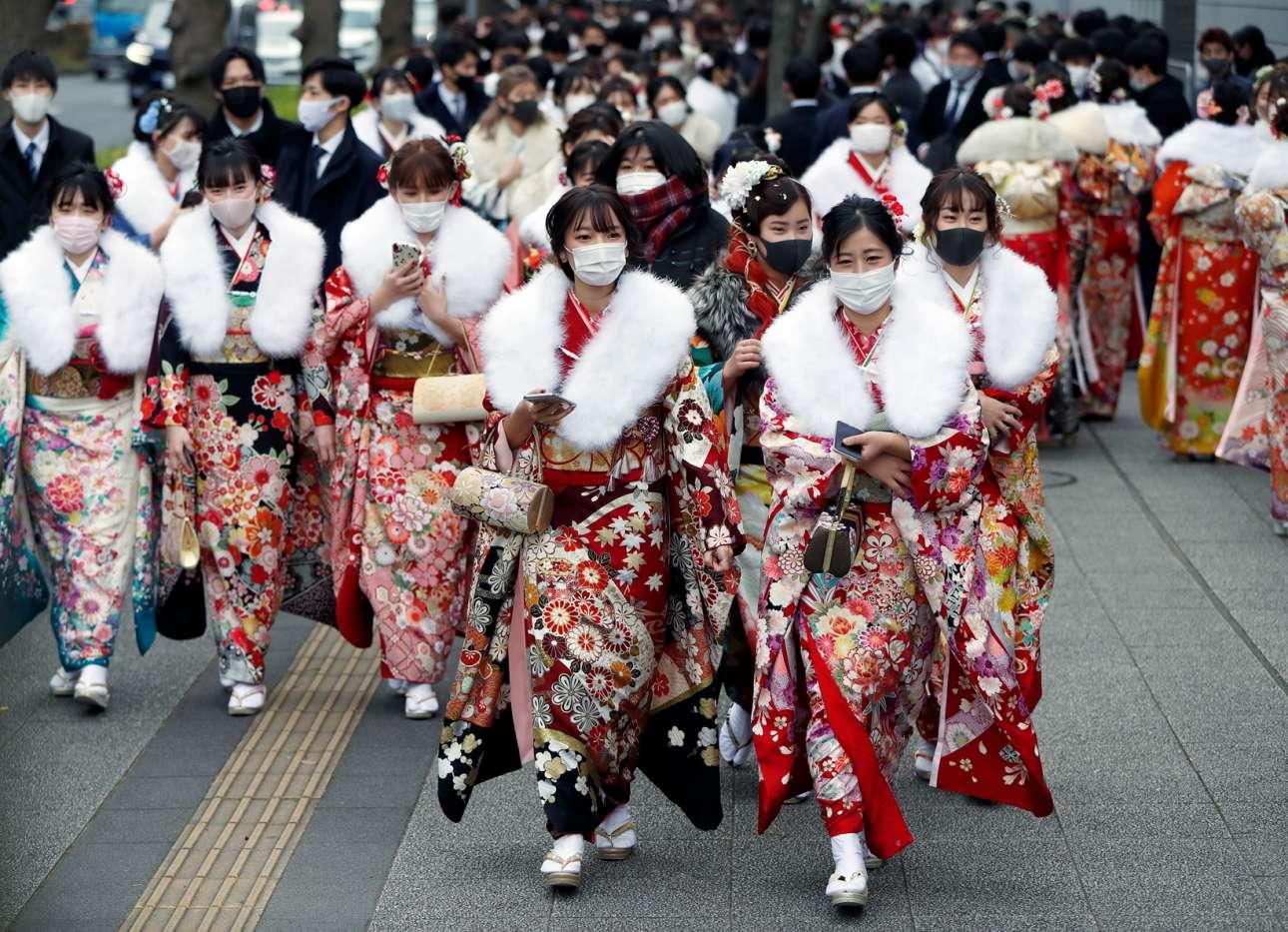 Γιαπωνέζες με κιμονό και υγειονομικές μάσκες μετέχουν σε εορταστικές εκδηλώσεις για την ενηλικίωσή τους στη Γιοκοχάμα
