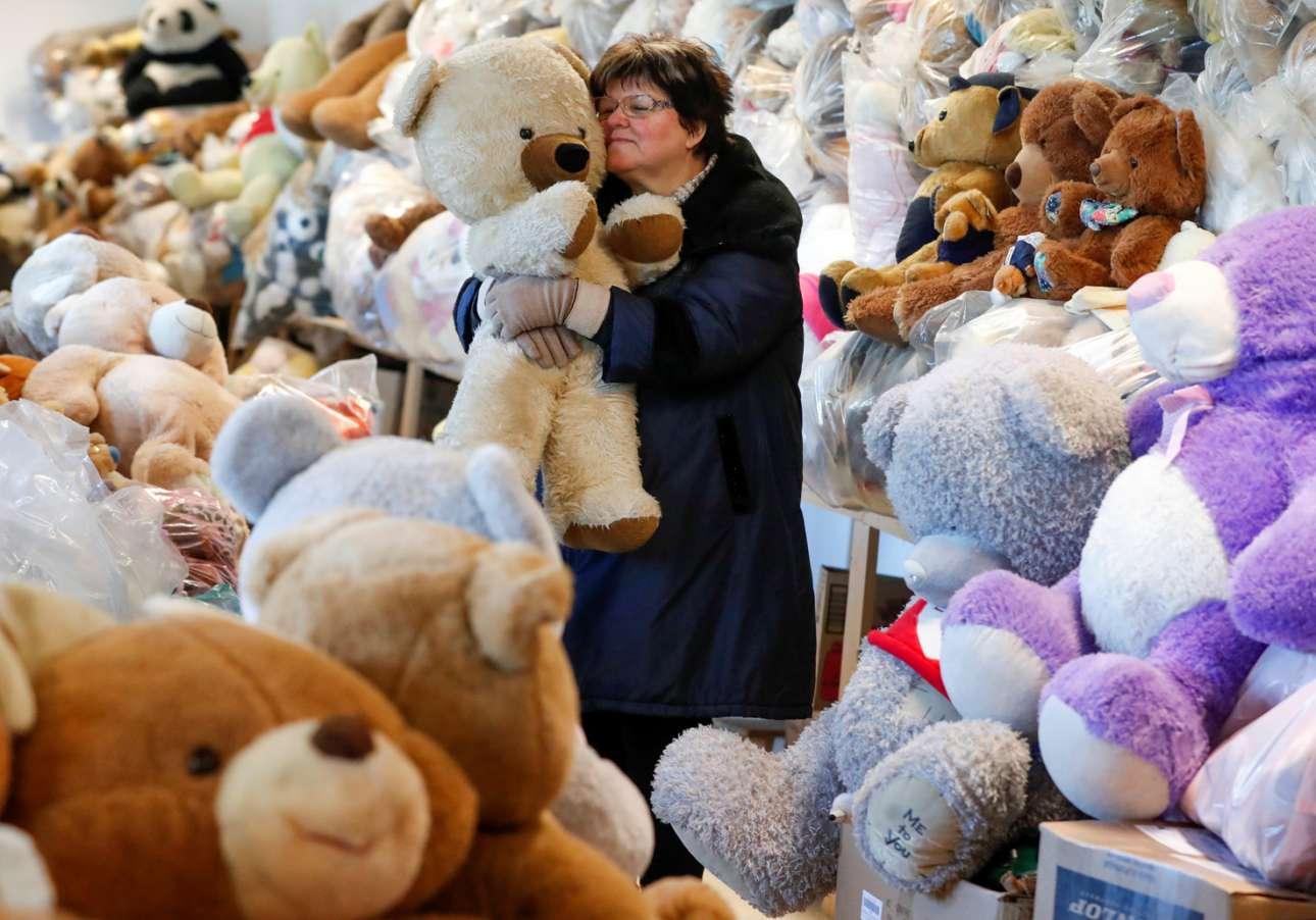 Αυτή η γυναίκα συνέλεξε 20.000 λούτρινα αρκουδάκια. Τα αγαπά, όπως βλέπετε. Τη λένε Βαλέρια Σμιντ και ζει στην Ουγγαρία